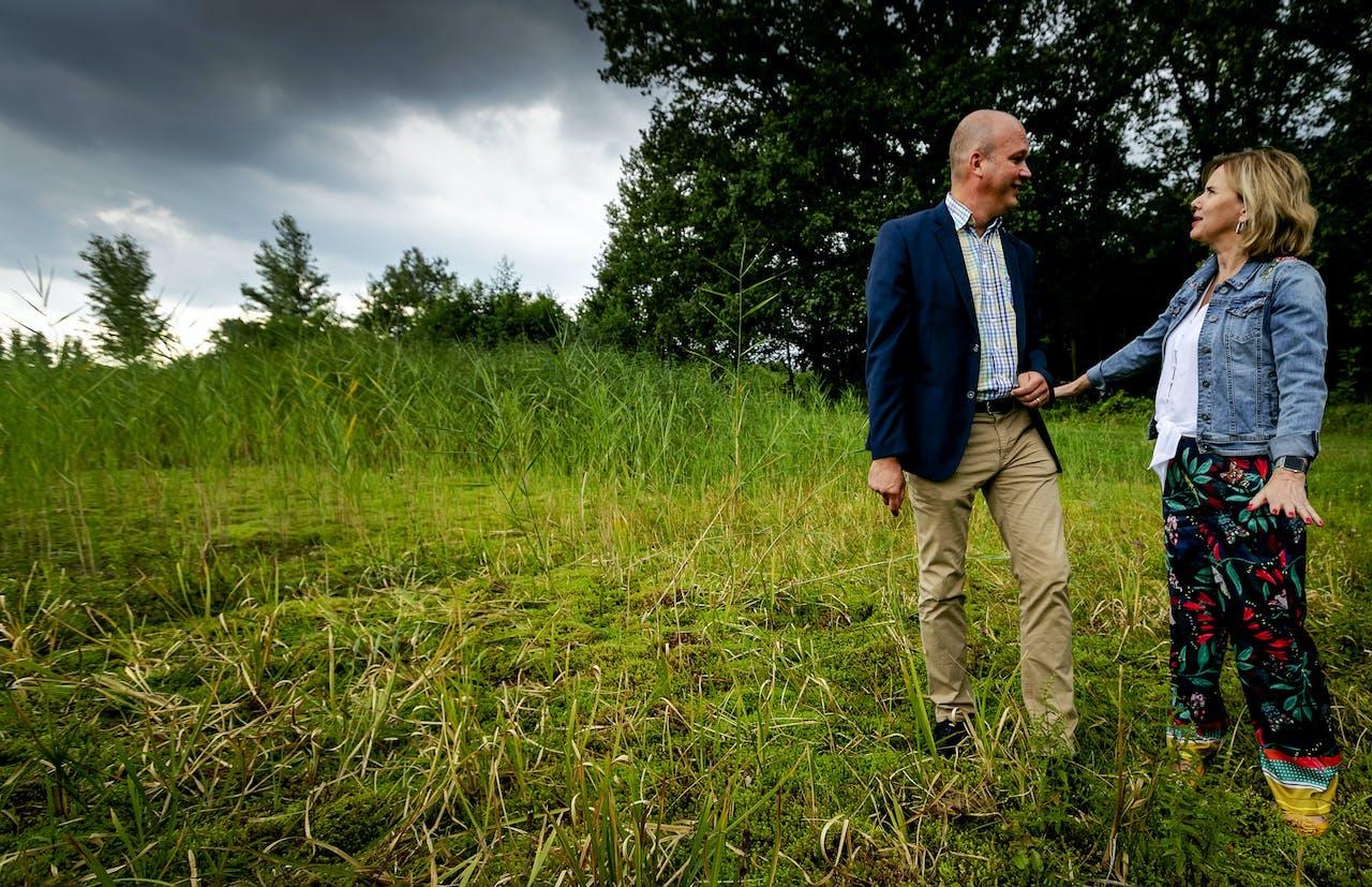 Minister Cora van Nieuwenhuizen van Infrastructuur en Waterstaat tijdens een bezoek aan Natuurmonumenten Korenburgerveen. De hoge zandgronden in de Achterhoek behoren tot de droogste gebieden van Nederland.