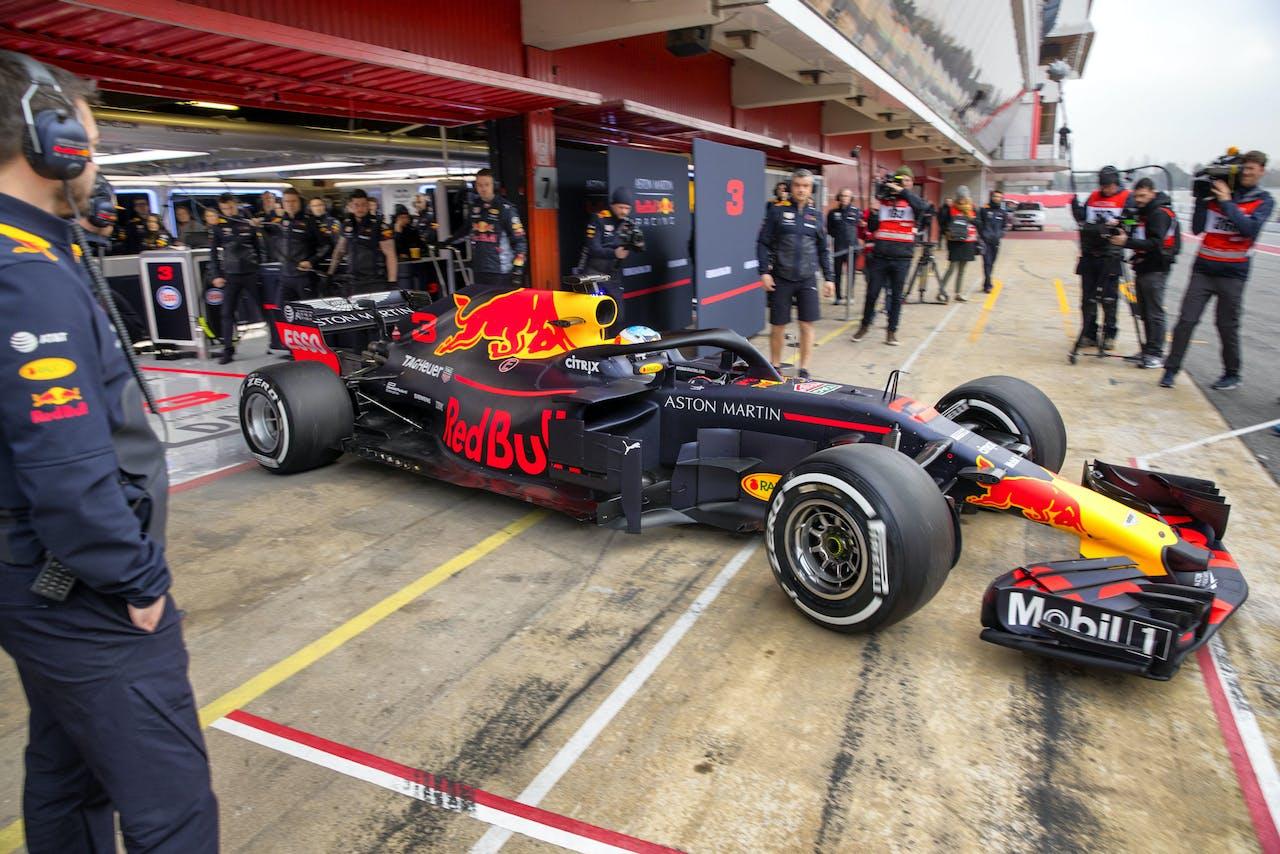 Daniel Ricciardo stuurt de Red Bull Racing RB14 voor het eerst de baan op van het circuit van Montmelo. Morgen is het de beurt aan Max Verstappen.