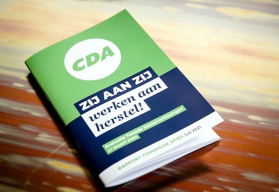 ZEIST - Het rapport van de commissie-Spies met de bevindingen over het CDA rondom de Tweede Kamerverkiezingen. Onder meer de mislukte verkiezingscampagne en de gang van zaken rondom Kamerlid Pieter Omtzigt zijn erin meegenomen.