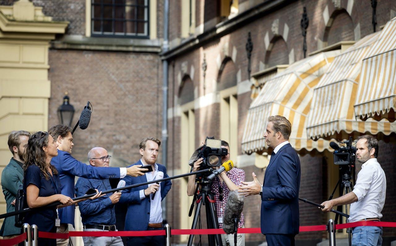 Hugo de Jonge, minister van Volksgezondheid, Welzijn en Sport komt aan het op het Binnenhof voor de eerste ministerraad na het zomerreces