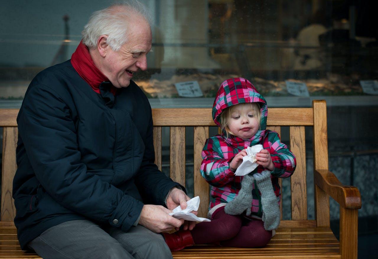 Gepensioneerde man met kleinkind