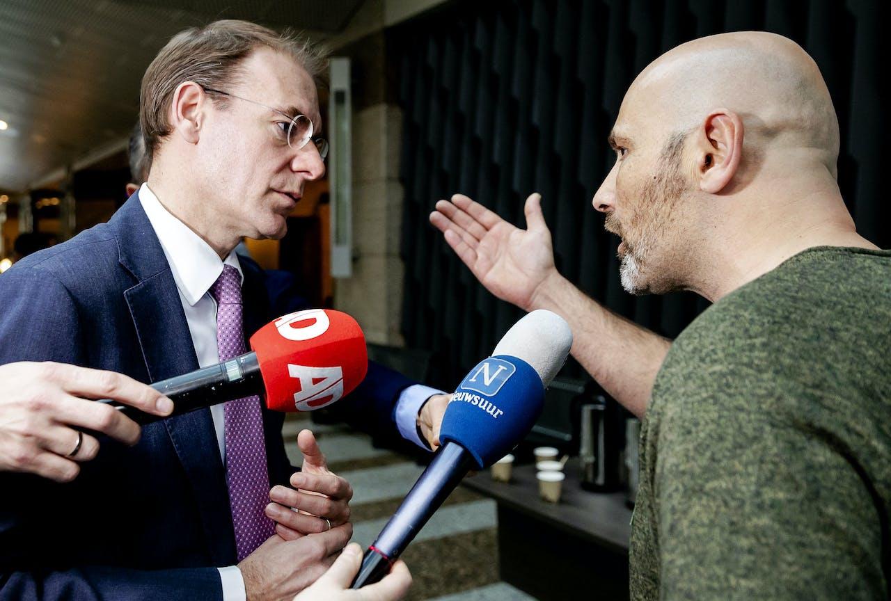 Staatssecretaris Menno Snel van Financiën in gesprek met vader Roger Derikx