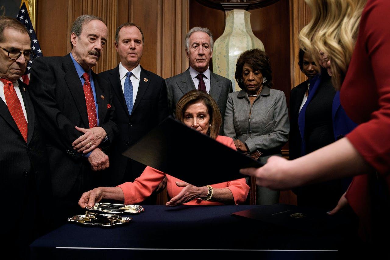 Nancy Pelosi, de Democratische leider van het Huis van Afgevaardigden, tekent de 'articles of impeachment' van Donald Trump