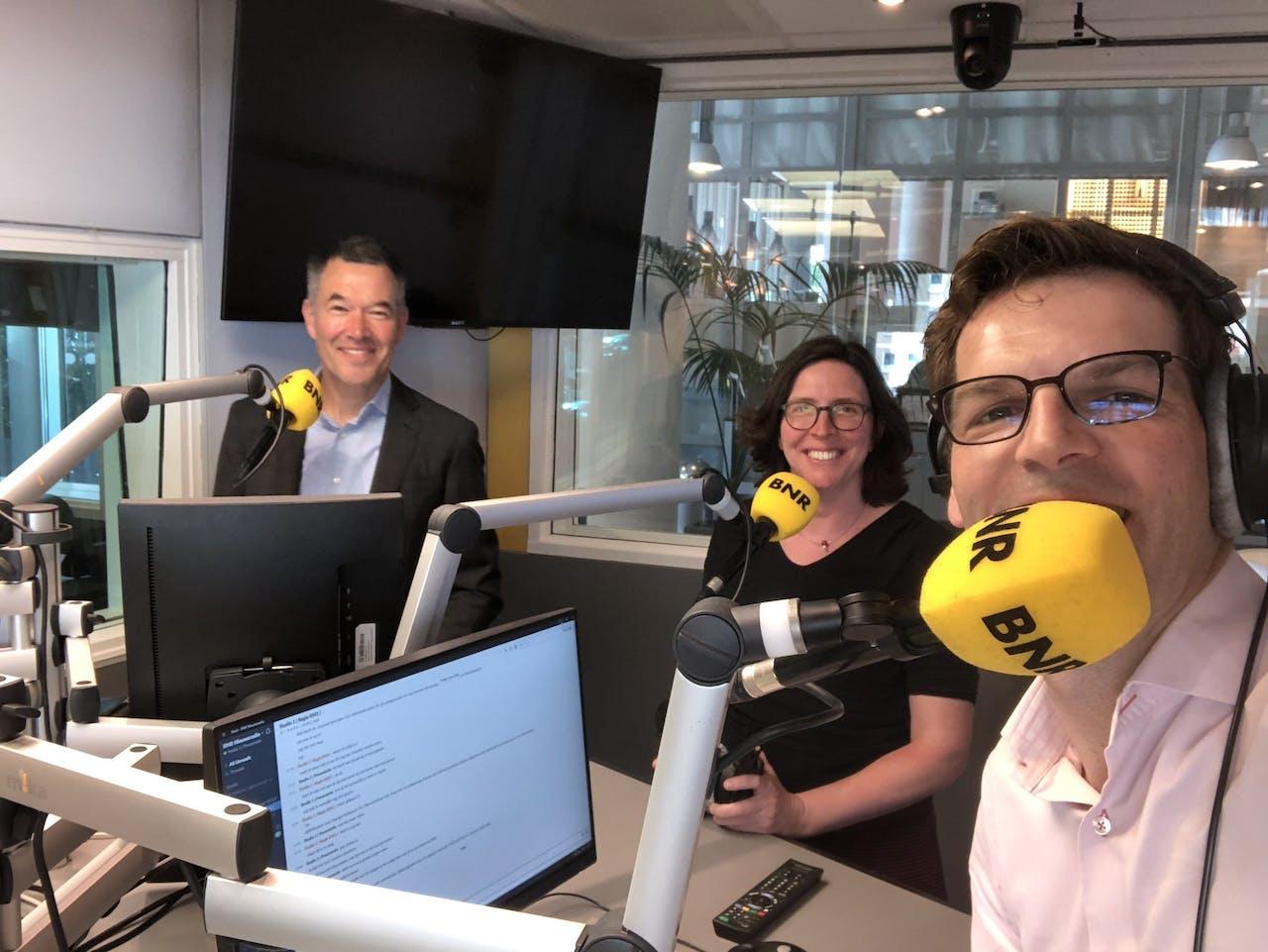 V.l.n.r.: Robbert Naus, Greet Leegwater en presentator Maarten Bouwhuis.