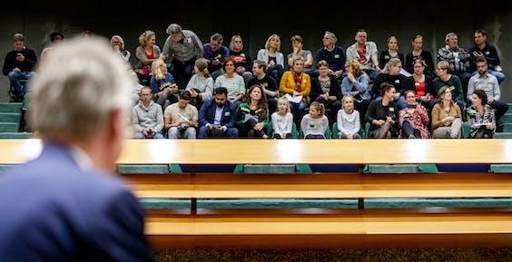 Minister Arie Slob, en leraren en leerlingen op de publieke tribune voorafgaand aan het debat in de Tweede Kamer over de onderwijsbegroting