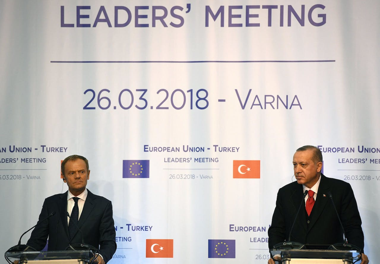 Tusk (links) en Erdogan.