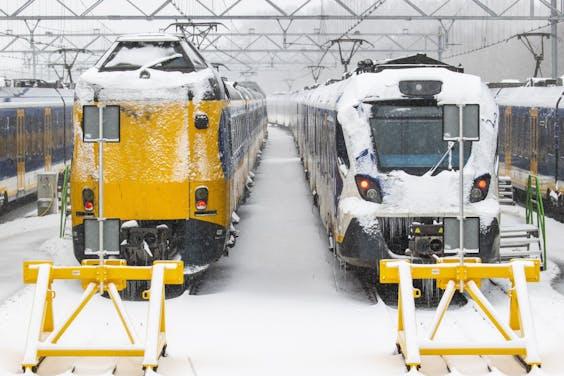 Treinen in de sneeuw op het rangeerterrein in Zwolle.