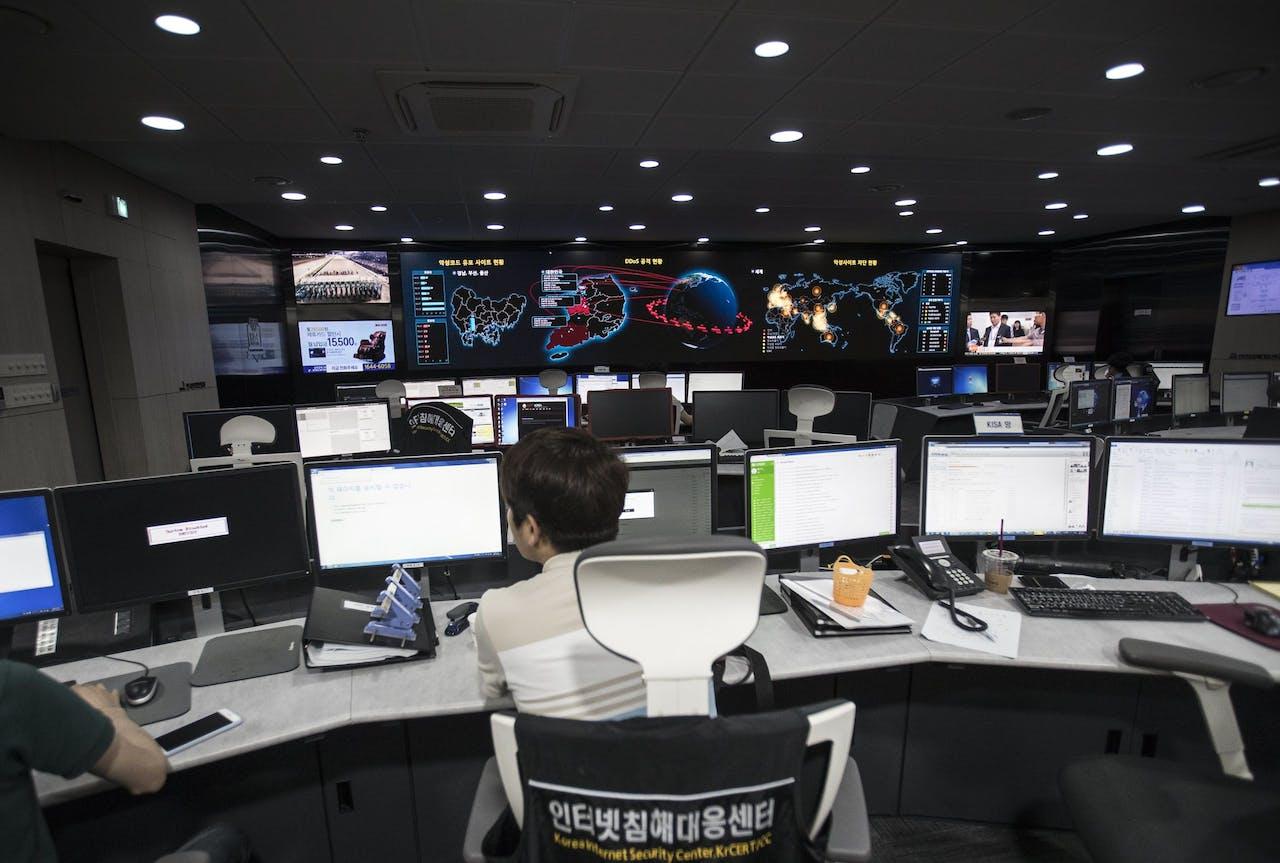 Een Zuid-Koreaanse ambtenaar van Koreaanse Internet & Security Agency (KISA) aan het werk.