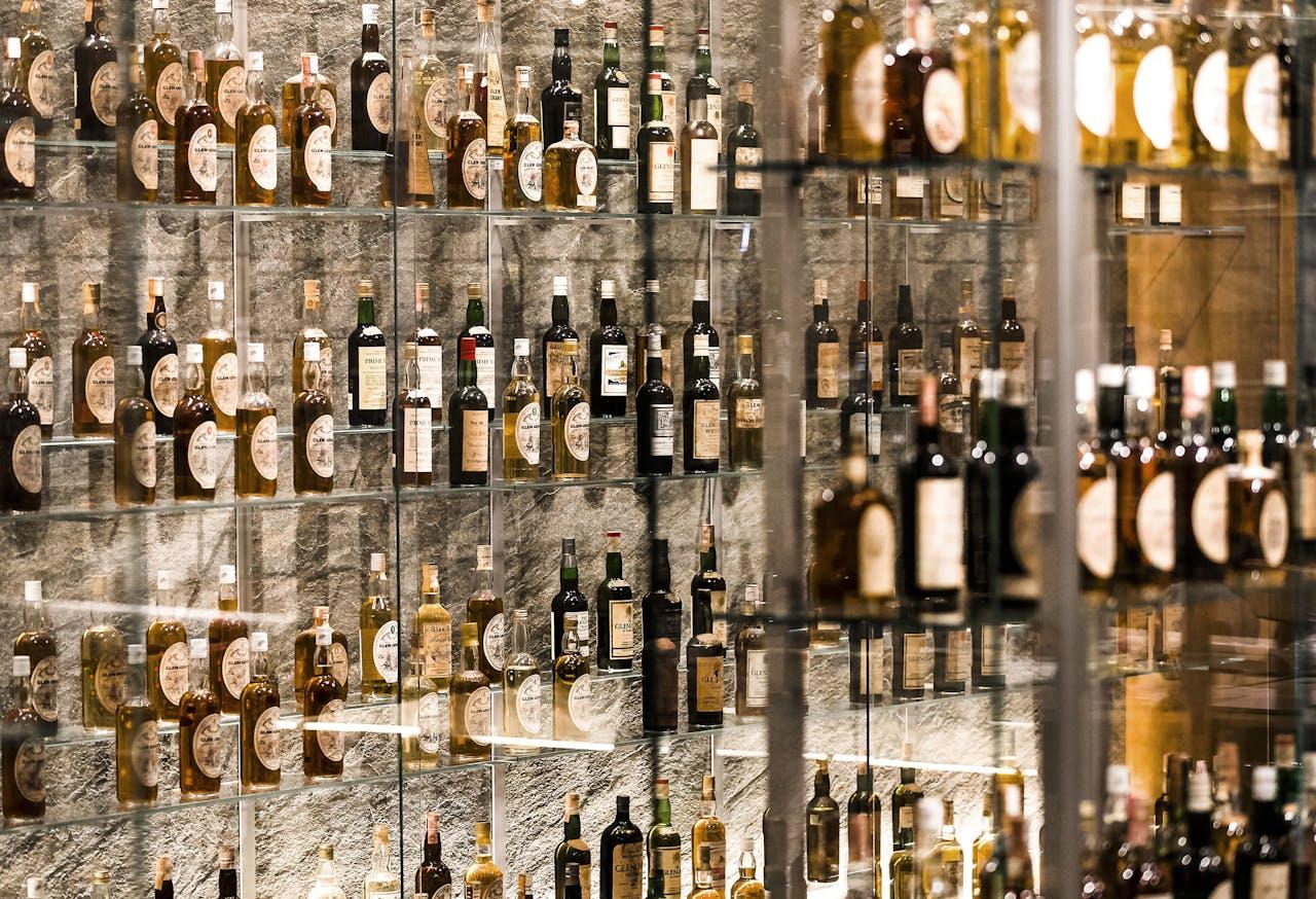 Overzicht van de inrichting van het whiskymuseum. In dit museum wordt de collectie van de Italiaan Valentino Zagatti tentoongesteld. Het meest bijzondere aan de collectie is dat de blinde Zagatti deze nooit met eigen ogen heeft kunnen bekijken.