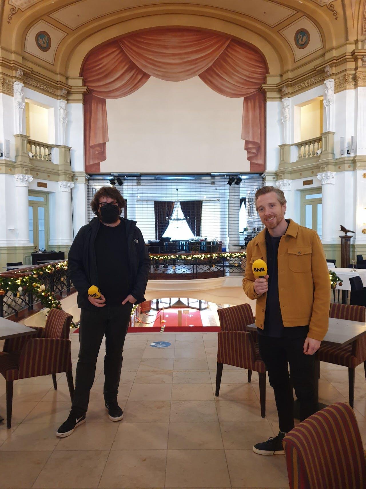 Bassist van Di-rect Bas van Wageningen (rechts) en manager Tim van der Zalm (met mondkap)