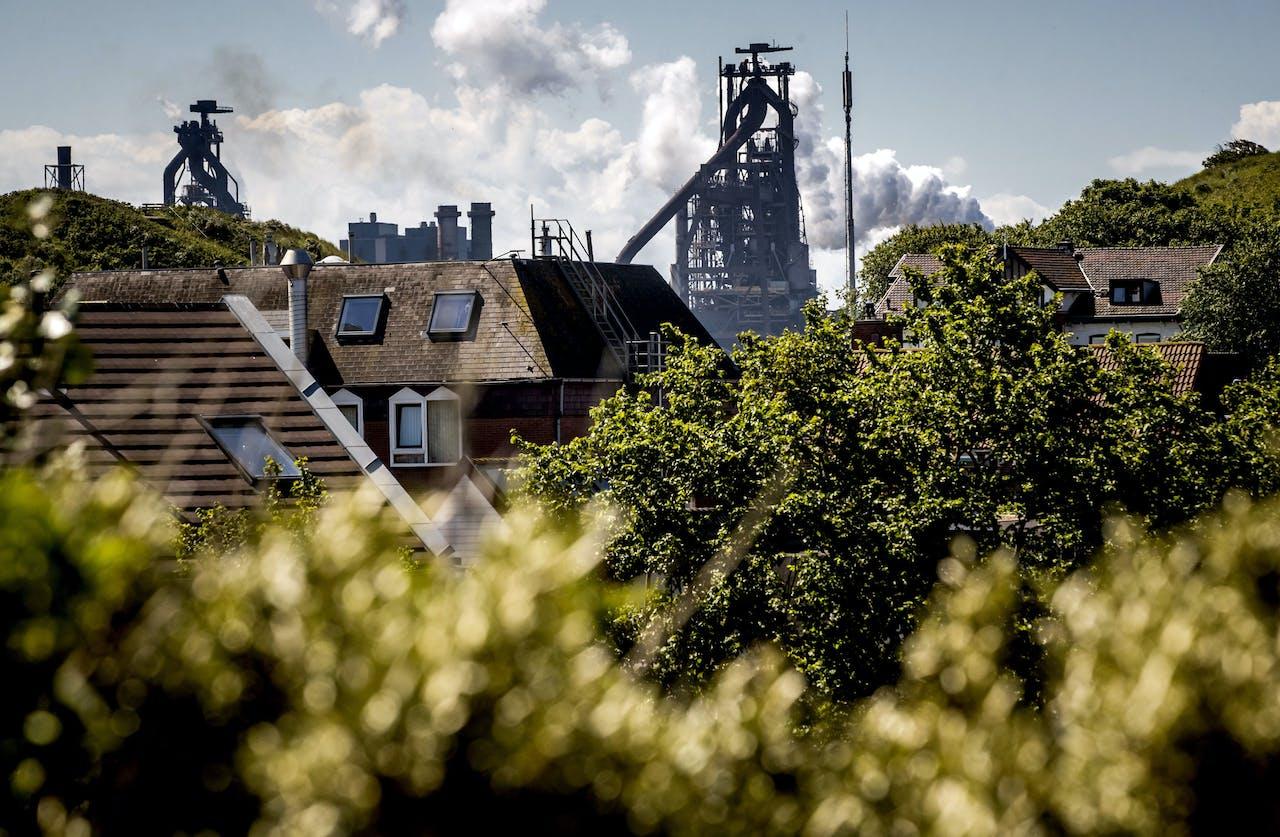WIJK AAN ZEE - Woonhuizen in Wijk aan Zee met op de achtergrond het terrein van staalproducent Tata Steel. Omwonenden van het terrein zijn ongerust en kritisch over de uitstoot van schadelijke stoffen. ANP KOEN VAN WEEL