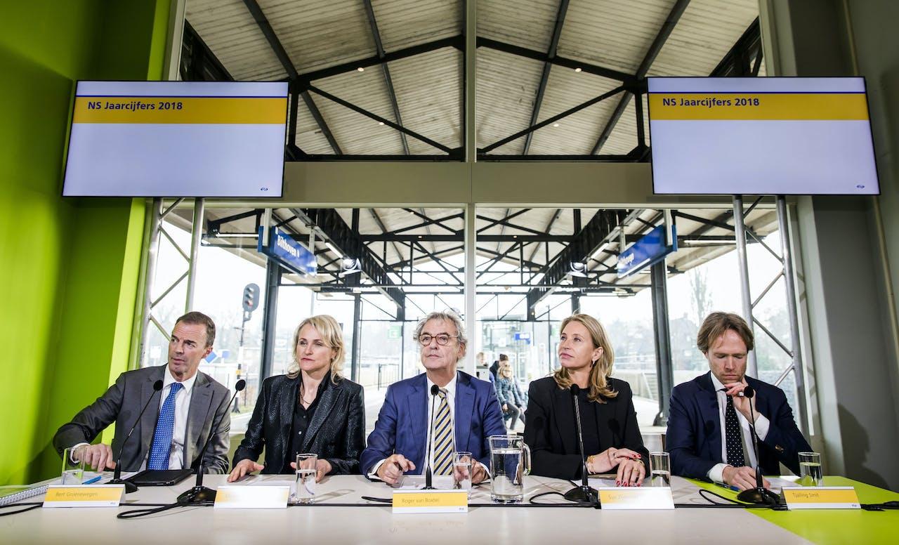 De raad van bestuur van NS, Bert Groenewegen, Marjan Rintel, Roger van Boxtel, Susi Zijderveld en Tjalling Smit tijdens de presentatie van de jaarcijfers van de Nederlandse Spoorwegen.