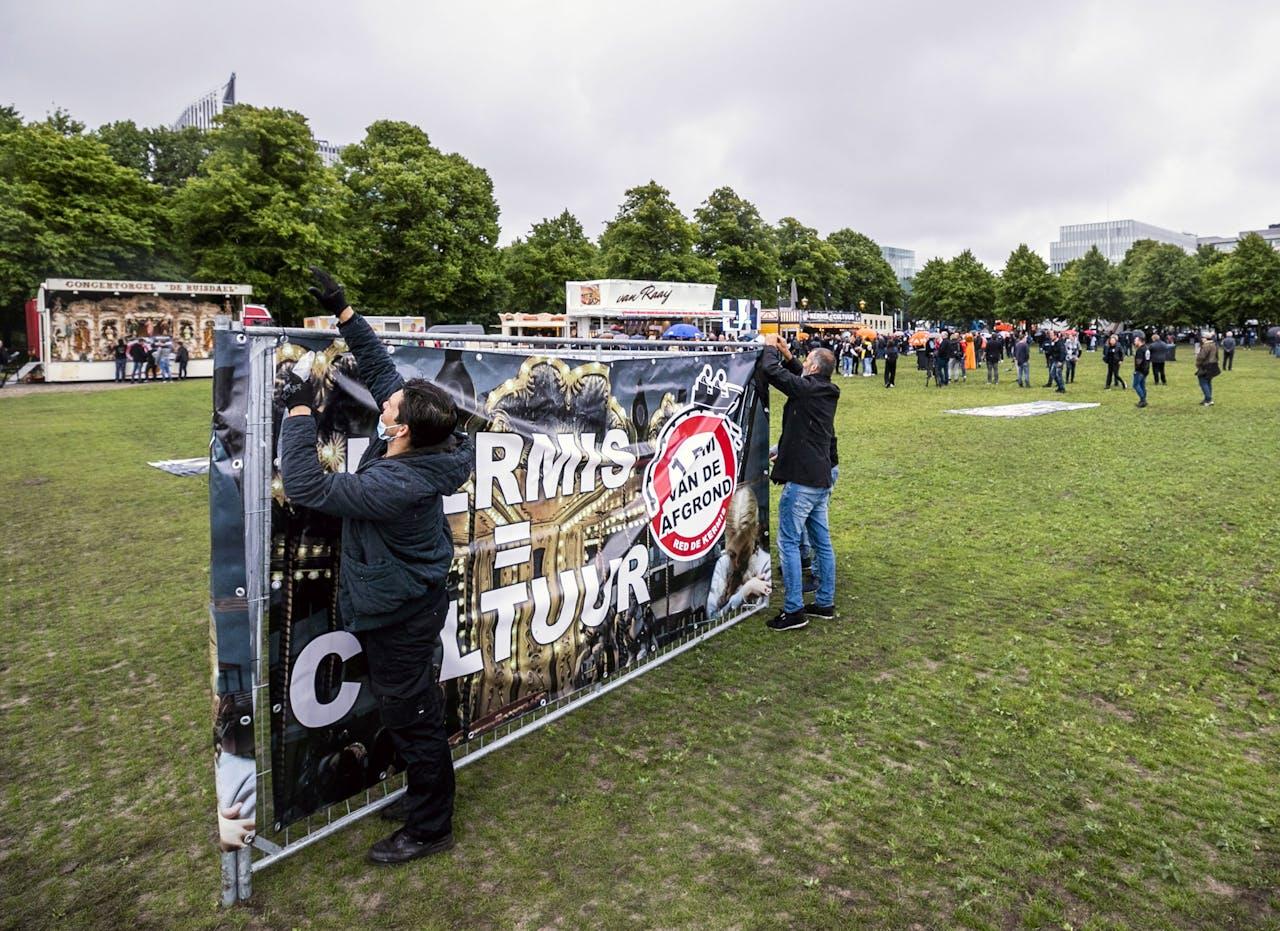 Kermisexploitanten demonstreren op het Malieveld, ondanks het verbod van de gemeente. Vanwege corona mogen er pas na 1 september kermissen zijn en dat gaat ze de kop kosten, zeggen de exploitanten. ANP REMKO DE WAAL