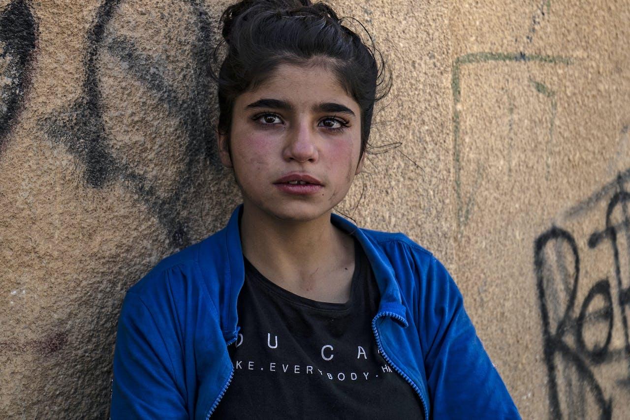 Een Syrisch meisje op de vlucht voor Turkse bombardementen komt aan in Hassakeh
