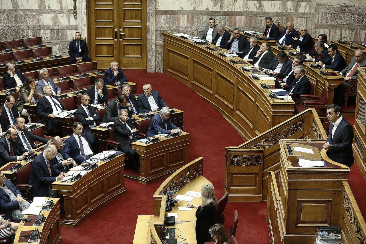 De Griekse premier Alexis Tsipras spreekt in het Griekse parlement.