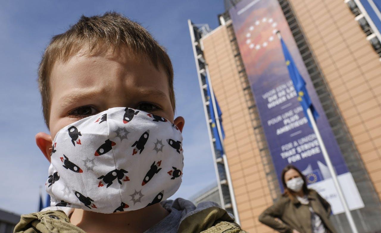 Moeder en zoon voor het gebouw van de Europese Commissie in Brussel.
