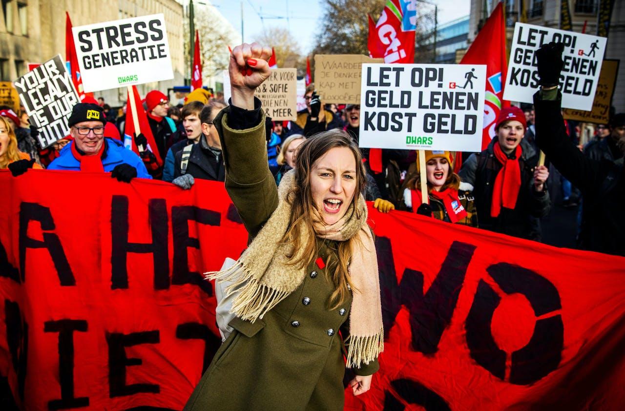Universitair medewerkers en actiegroep WOinActie voeren actie in het centrum van Den Haag tegen de voorgenomen bezuinigingen in het universitair onderwijs.