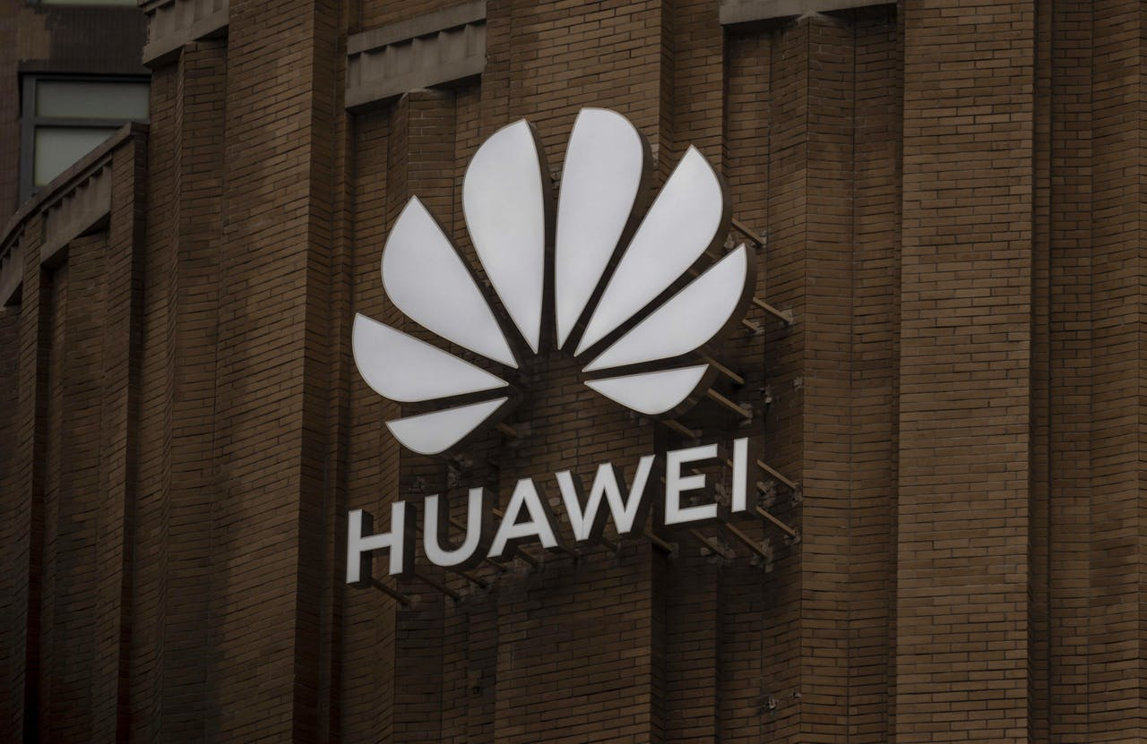2020-07-16 14:20:15 epa08549223 Huawei's newest flagship store building is seen in Shanghai, China, 16 July 2020. British digital secretary announced on 14 July 2020 that country's telecom network will not be allowed to purchase new Huawei 5G kit from 31 December and that all Huawei's equipment should be sorted out of UK's mobile networks by 2027. Chinese government 'strongly opposed groundless ban of Huawei's 5G kit'. EPA/ALEX PLAVEVSKI