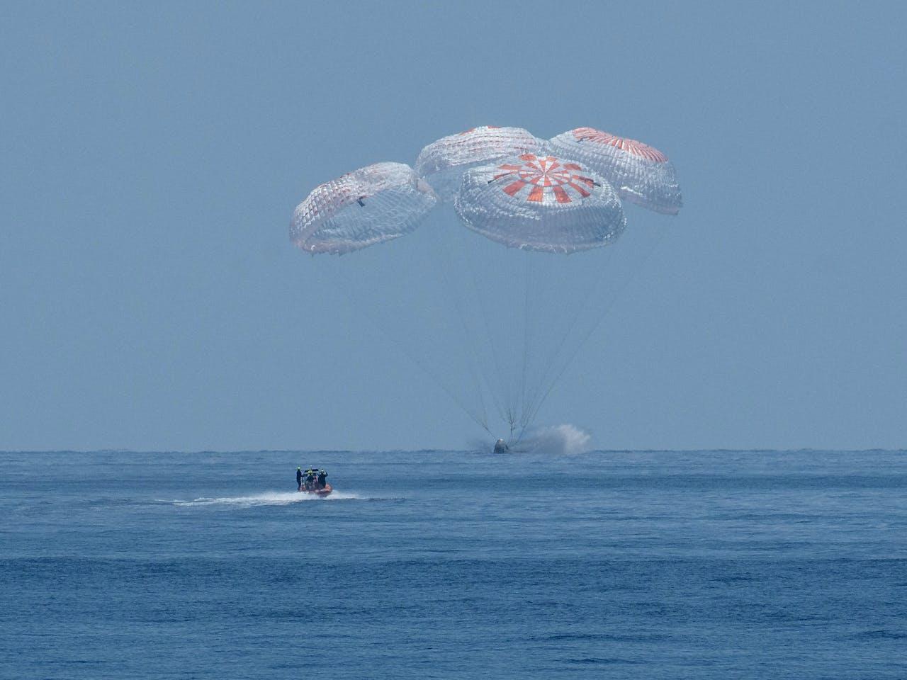 SpaceX-bemanning landt met een capsule in zee