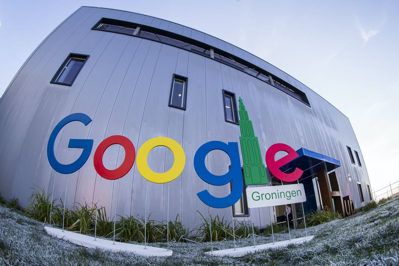 Het Google Groningen logo voor het kantoorgebouw tijdens de opening van het nieuwe Google datacenter in Eemshaven.