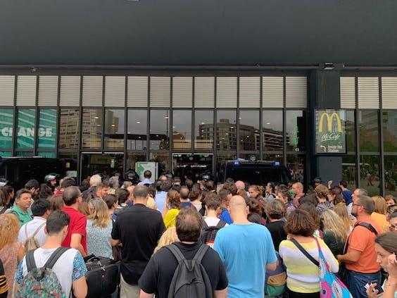 Protesten bij station Sants in Barcelona, Spanje