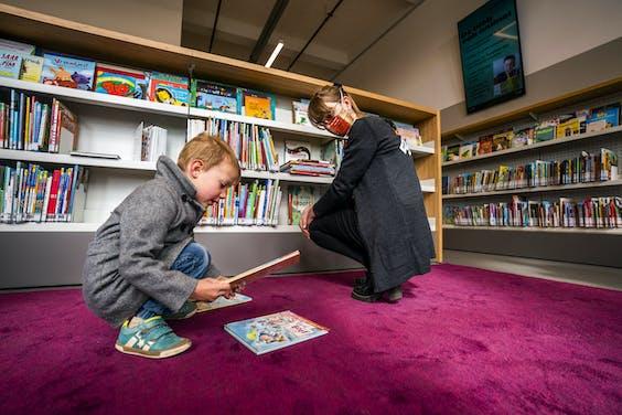 De eerste leners bezoeken een bibliotheek in Utrecht