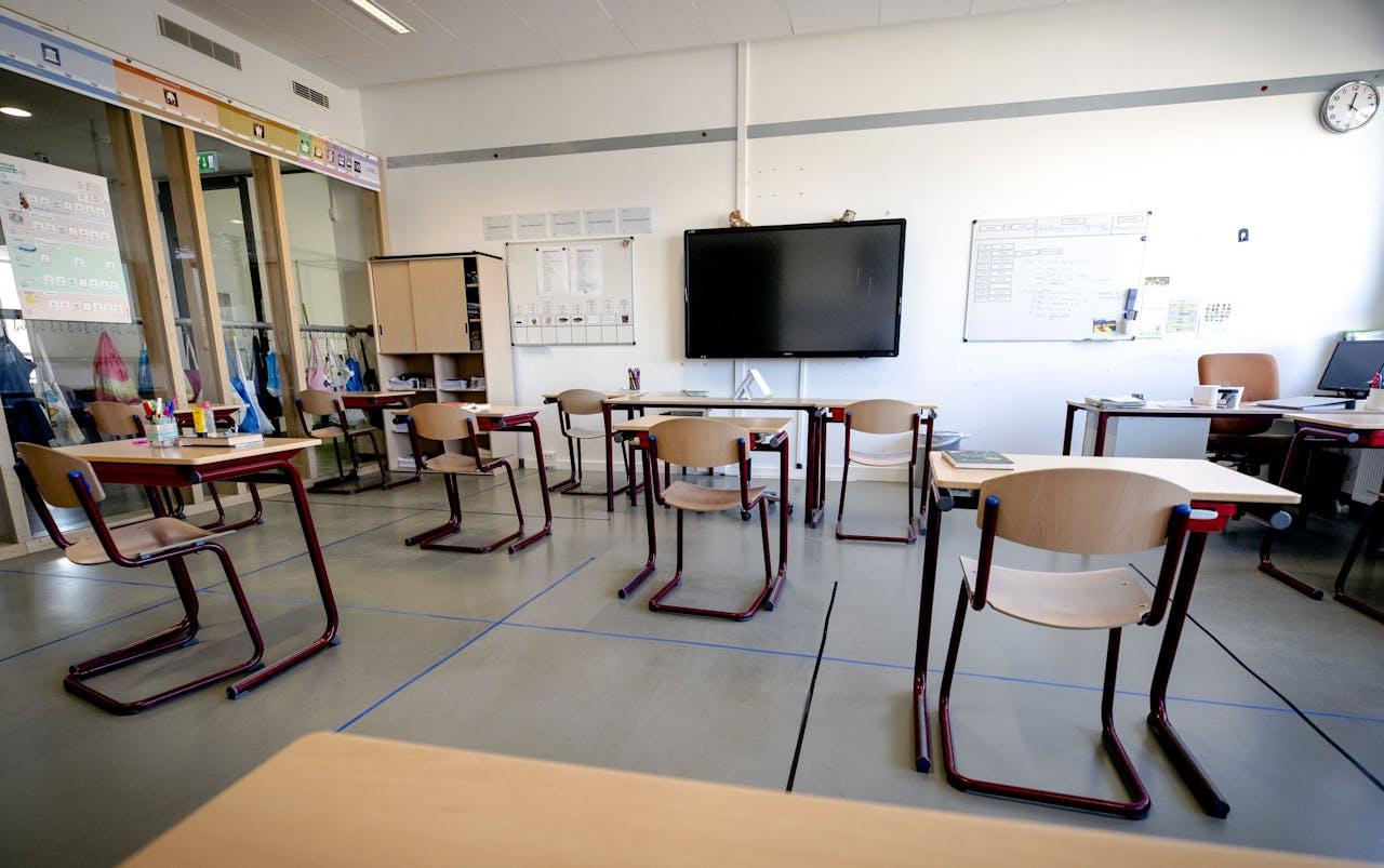Tafels staan 1,5 meter uit elkaar in een klaslokaal van een basisschool