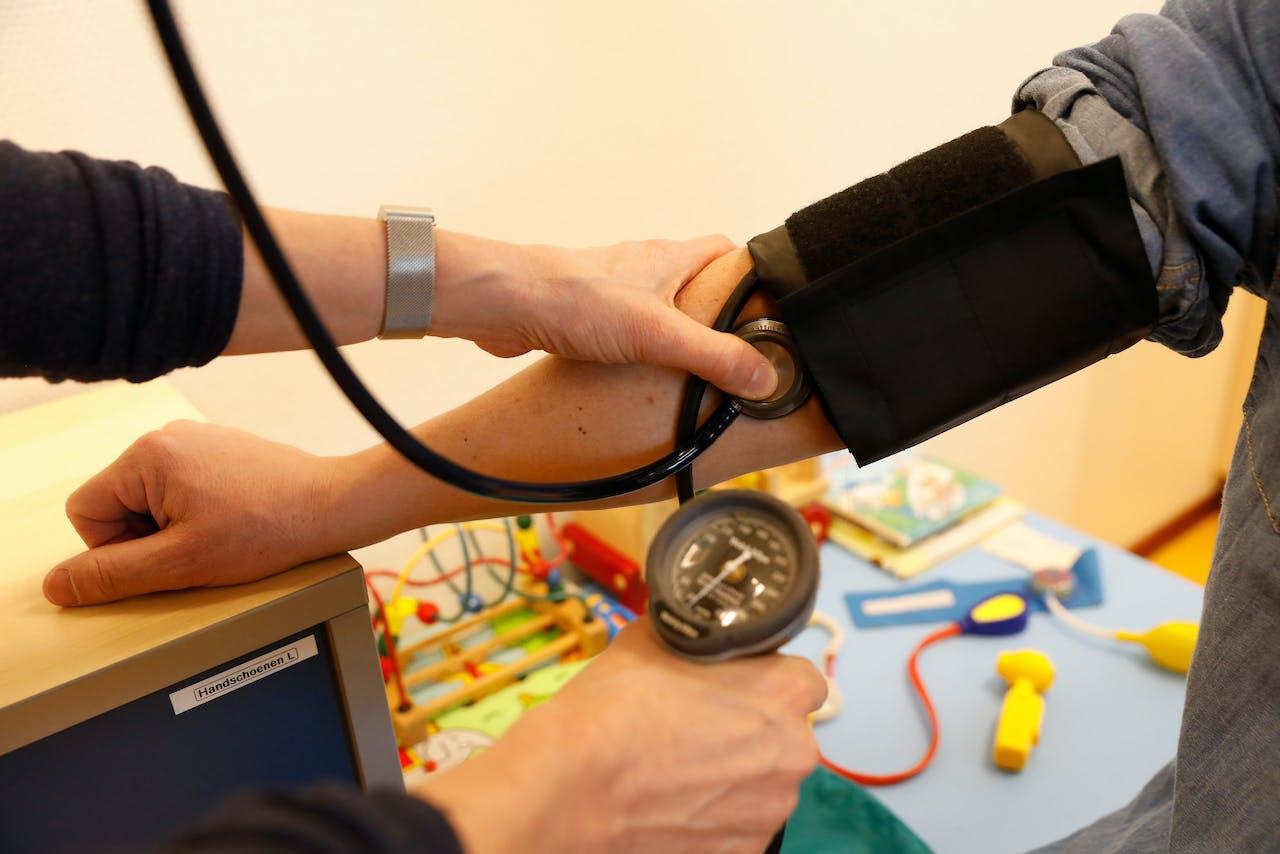 Een arts bekijkt een patiënt
