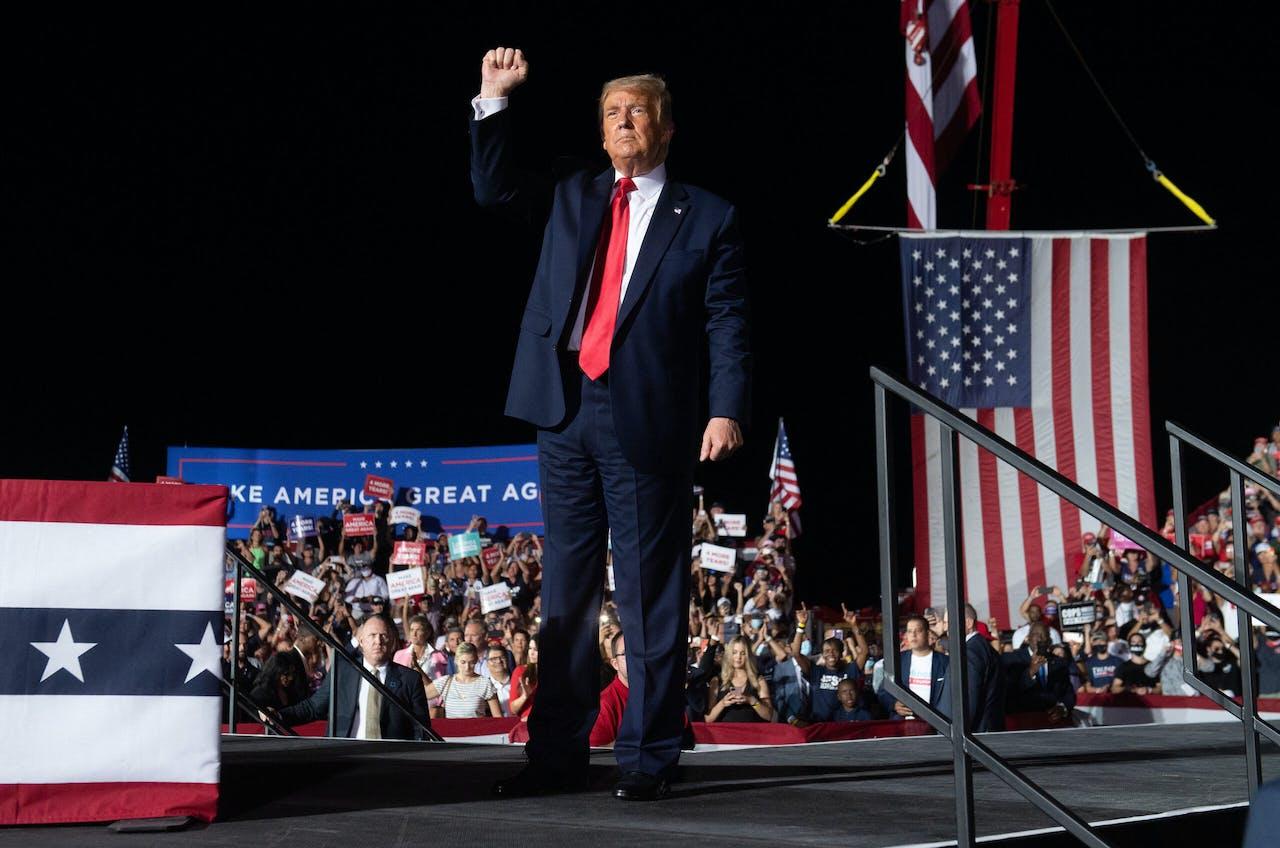 De Amerikaanse president Donald Trump tijdens zijn eerste campagne rally in Orlando sinds zijn corona besmetting.