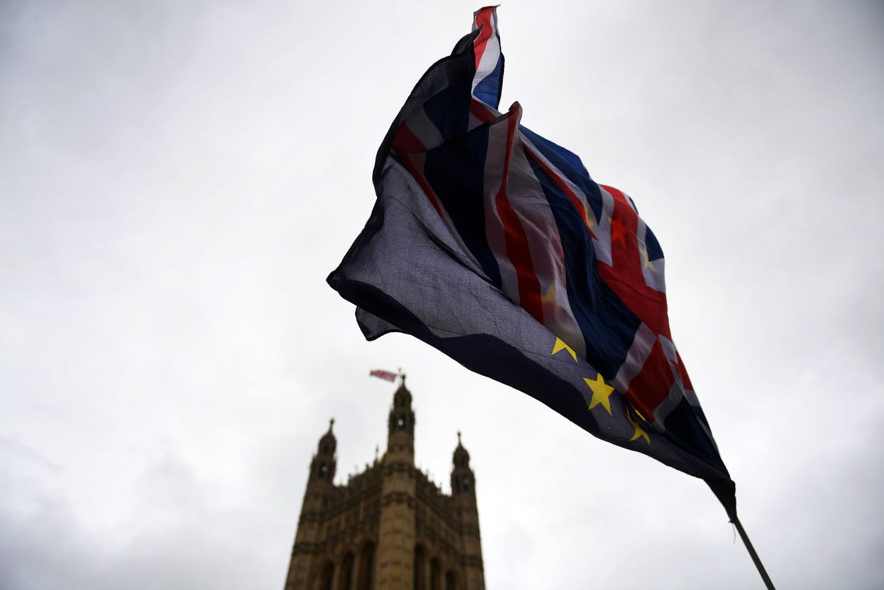 2018-01-29 14:28:55 epaselect epa06483918 The EU and Union flags outside parliament in London, Britain, 29 January 2018. British Prime Minister Theresa May is facing pressure from Tory Party members amid deepening divisions over Brexit. EPA/ANDY RAIN