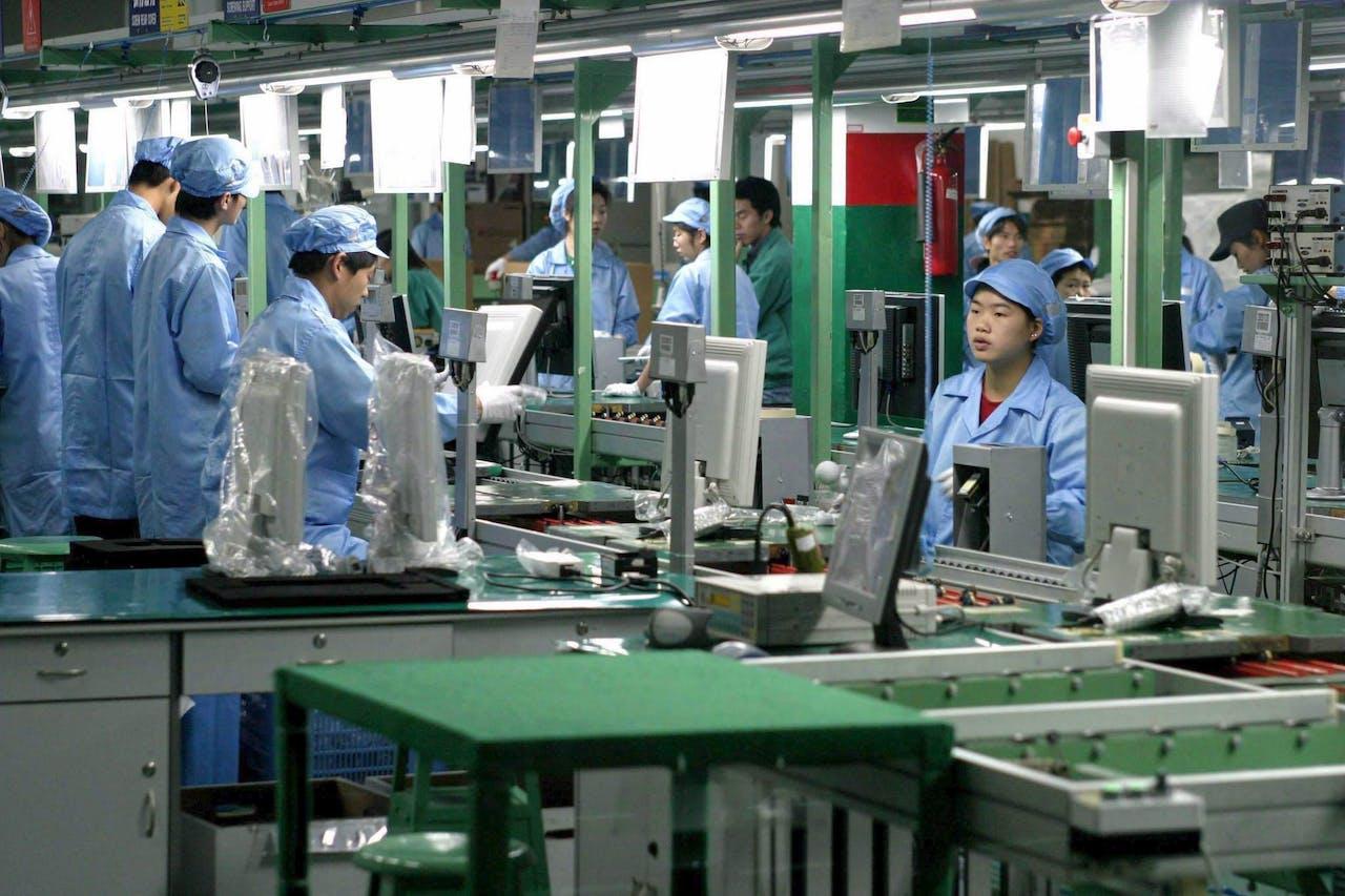 De productie van lcd-schermen voor Philips in Fuzhou, in het zuidoosten van China. t. EPA/HUANG SHENG