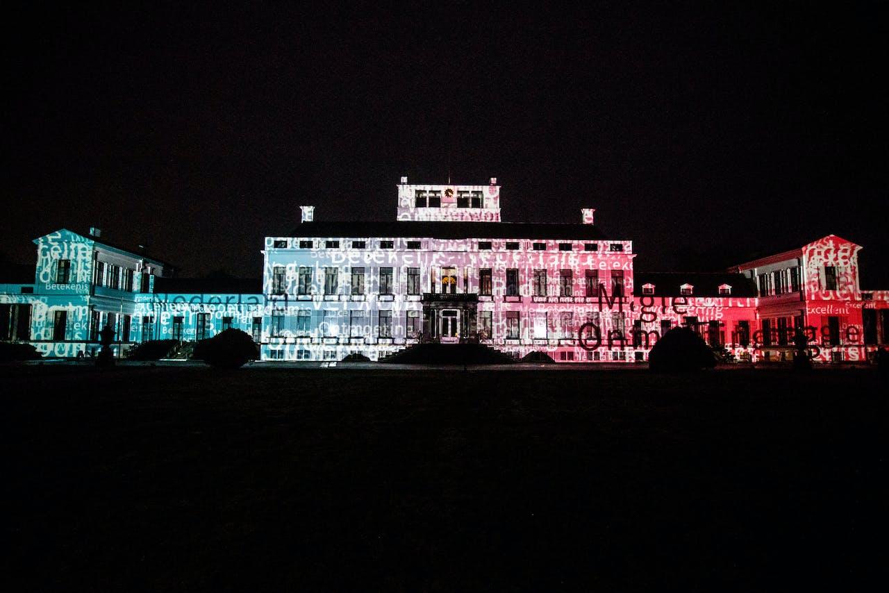 Een lichtshow op de gevel van Paleis Soestdijk. De Staat heeft het koninklijk paleis verkocht aan Made By Holland. Het terrein moet een evenementencentrum voor het Nederlandse bedrijfsleven worden. ANP SEM VAN DER WAL
