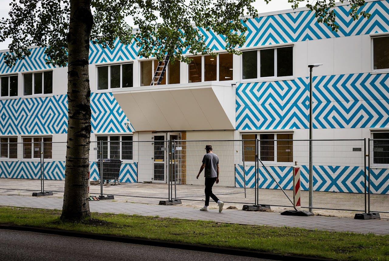 Het pand aan de Naritaweg nabij station Sloterdijk werd in 2017 omgebouwd tot de islamitische middelbare school Cornelius Haga Lyceum van de Stichting Islamitisch Onderwijs (SIO).