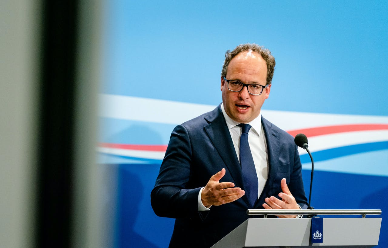 Ministers Wouter Koolmees van Sociale Zaken tijdens de presentatie van het tweede steunpakket.