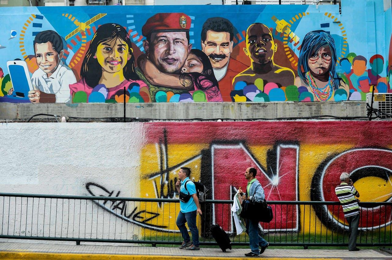 Hugo Chavez en Nicolas Maduro afgebeeld op een muur in Venezuela.