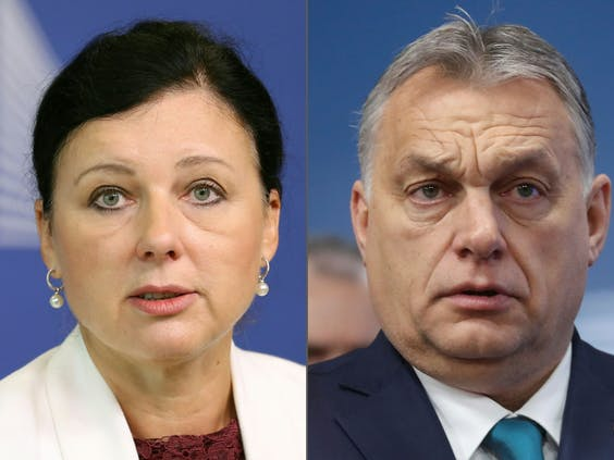 Vice-president van de Europese Commissie Vera Jourova (L) en premier Viktor Orbán (R)