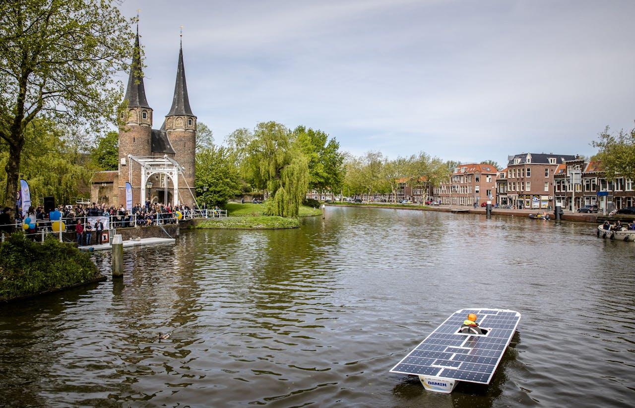 De TU Delft Solar Boat 2018 vaart na de doop een rondje voor het publiek bij de Oostpoort.