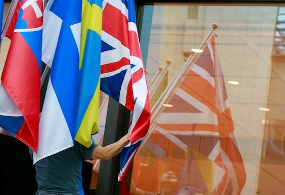 De Britse vlag vervaagt in een Brussels venster