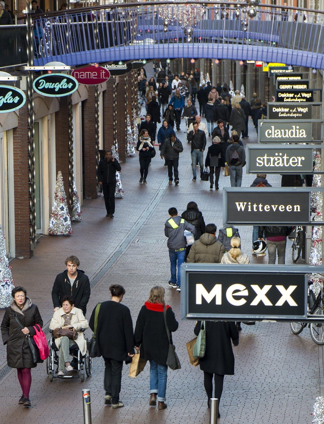 NIJMEGEN - Drukke winkelstraat in Nijmegen. ANP PIROSCHKA VAN DE WOUW
