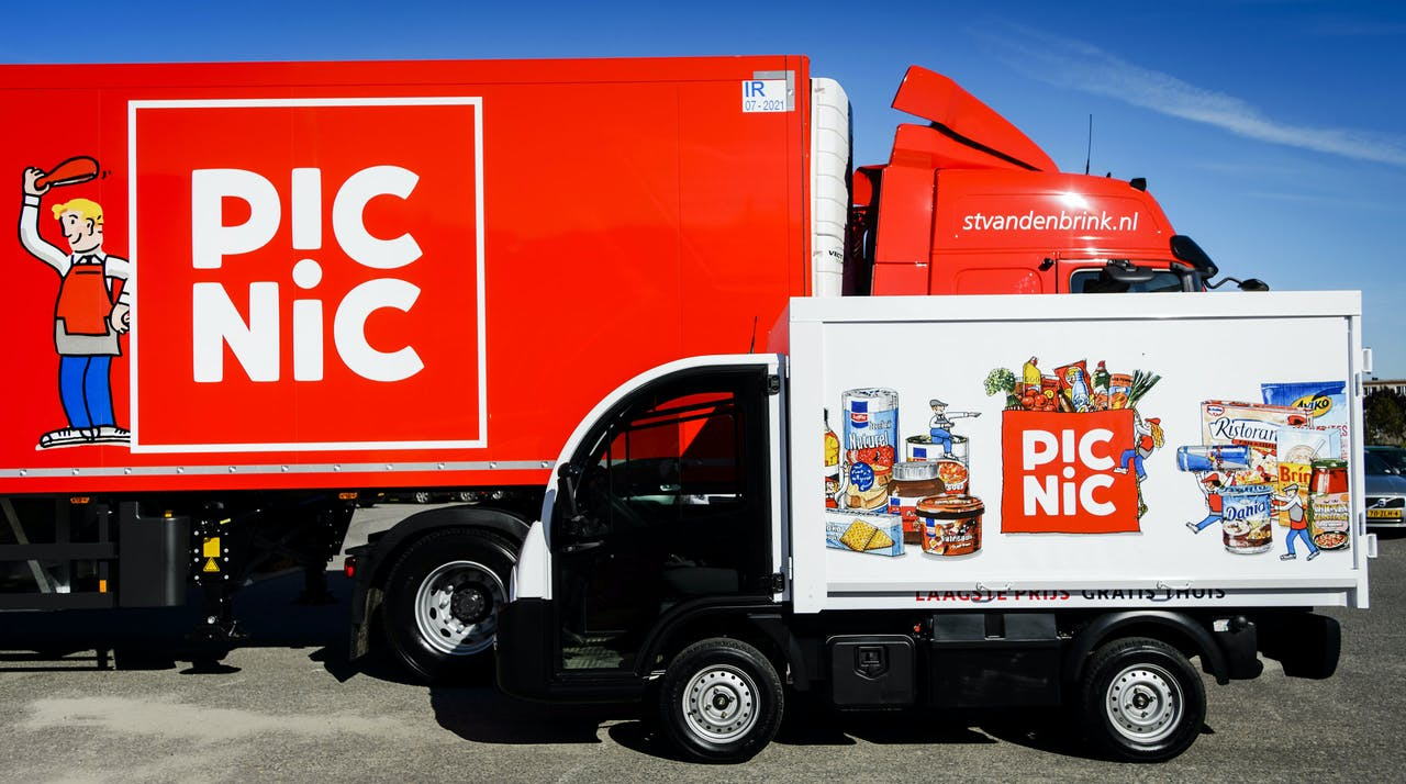 Vrachtwagens van Picnic tijdens de lancering van de boodschappenservice. Gebruikers van de internetsupermarkt kunnen bestellen via een app of website, en krijgen hun boodschappen thuisbezorgd met een elektrisch bestelbusje.