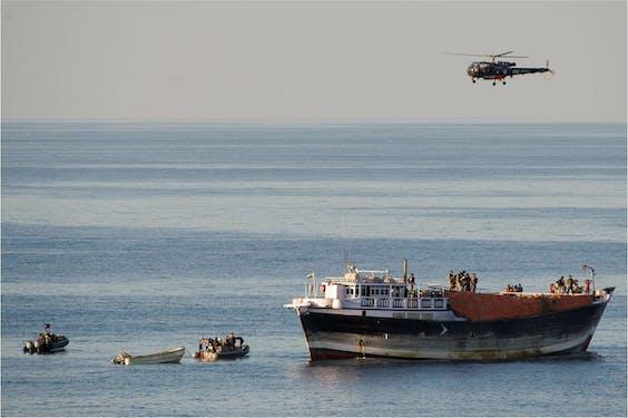 Franse militairen inspecteren een vermeend piraten-moederschip voor de kust van Somalië