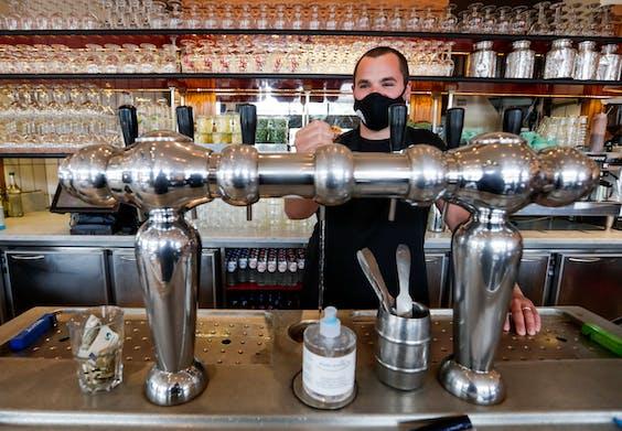 Barman met een mondkapje