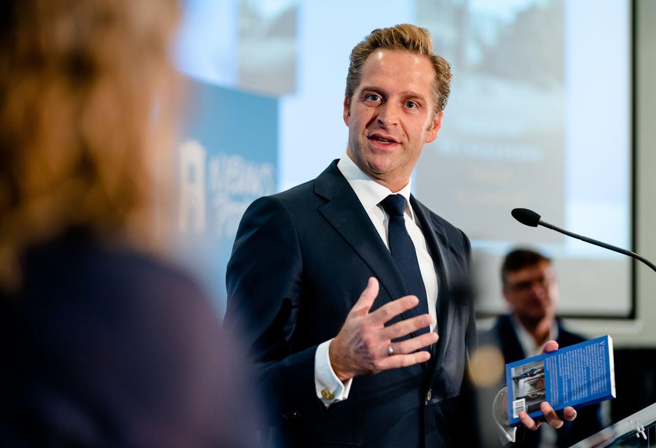 Minister Hugo de Jonge tijdens de presentatie het boek Stilte op het Binnenhof van Sophie van Leeuwen en Laurens Boven