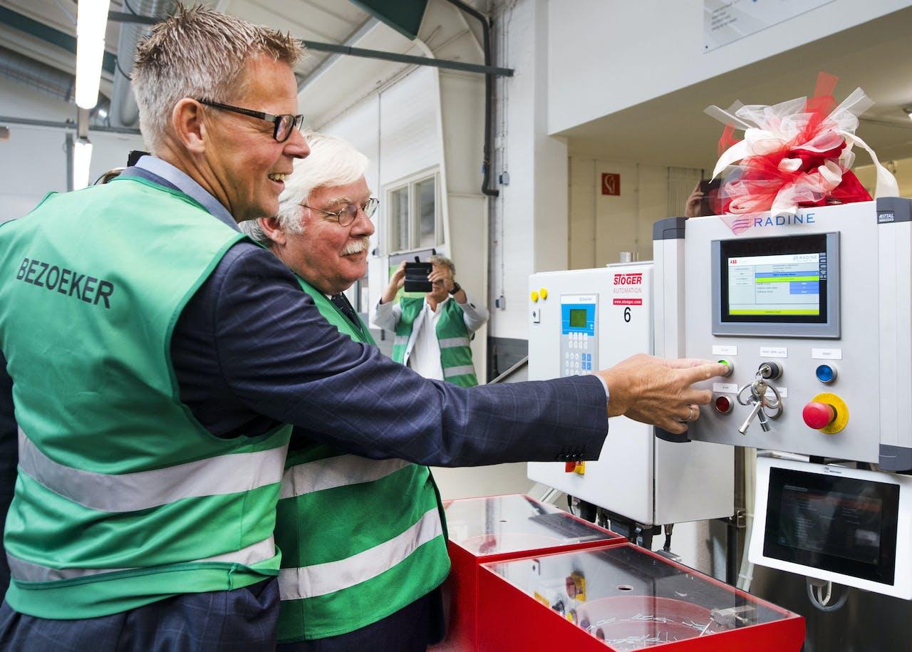 2017-06-08 10:27:56 EDE - Doekle Terpstra, voorzitter van Uneto-VNI (L) en burgemeester Cees van der Knaap (R) tijdens het begin van de eerste samenwerking tussen drie co-robots. ANP PIROSCHKA VAN DE WOUW