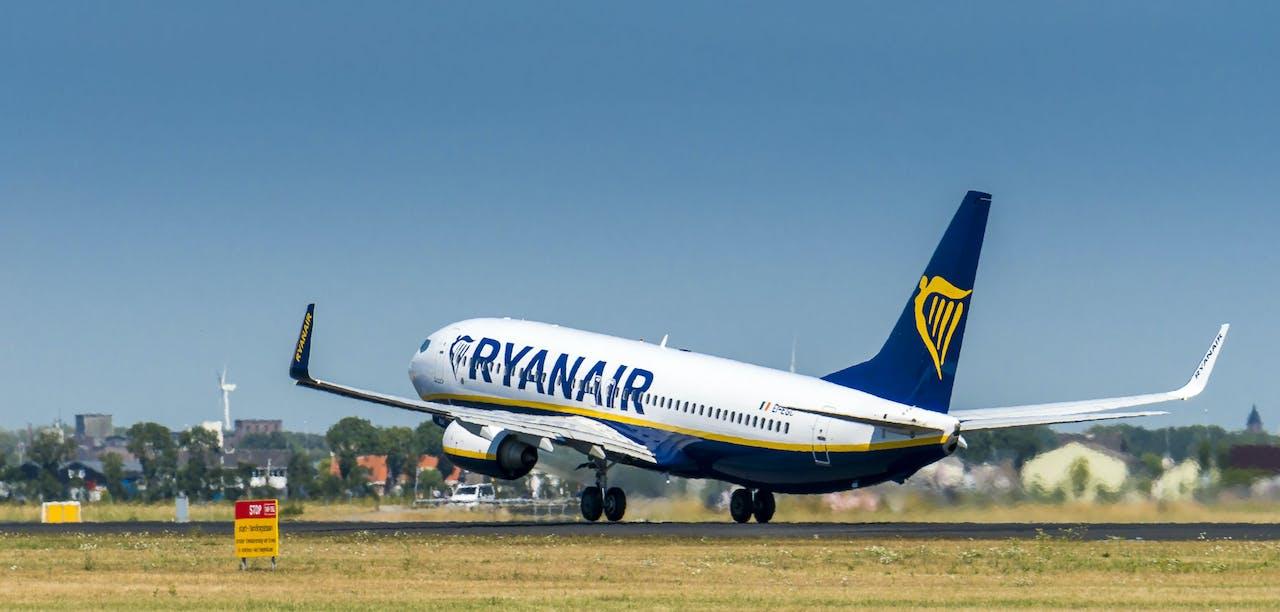 SCHIPHOL - XTRA - Luchthaven Schiphol.Vliegtuig van Ryanair stijgt op vanaf de Polderbaan bij Schiphol.ANP LEX VAN LIESHOUT