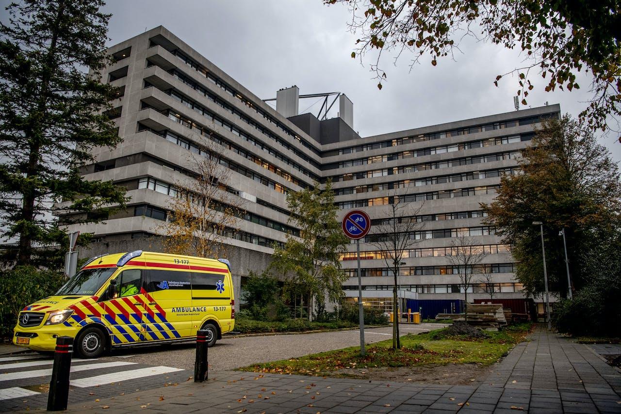 AMSTERDAM - Een ambulance verlaat het terrein van het MC Slotervaart. Het ziekenhuis moet 50 patiënten herplaatsen naar andere ziekenhuizen nadat het eerder failliet verklaard is. ANP ROBIN UTRECHT