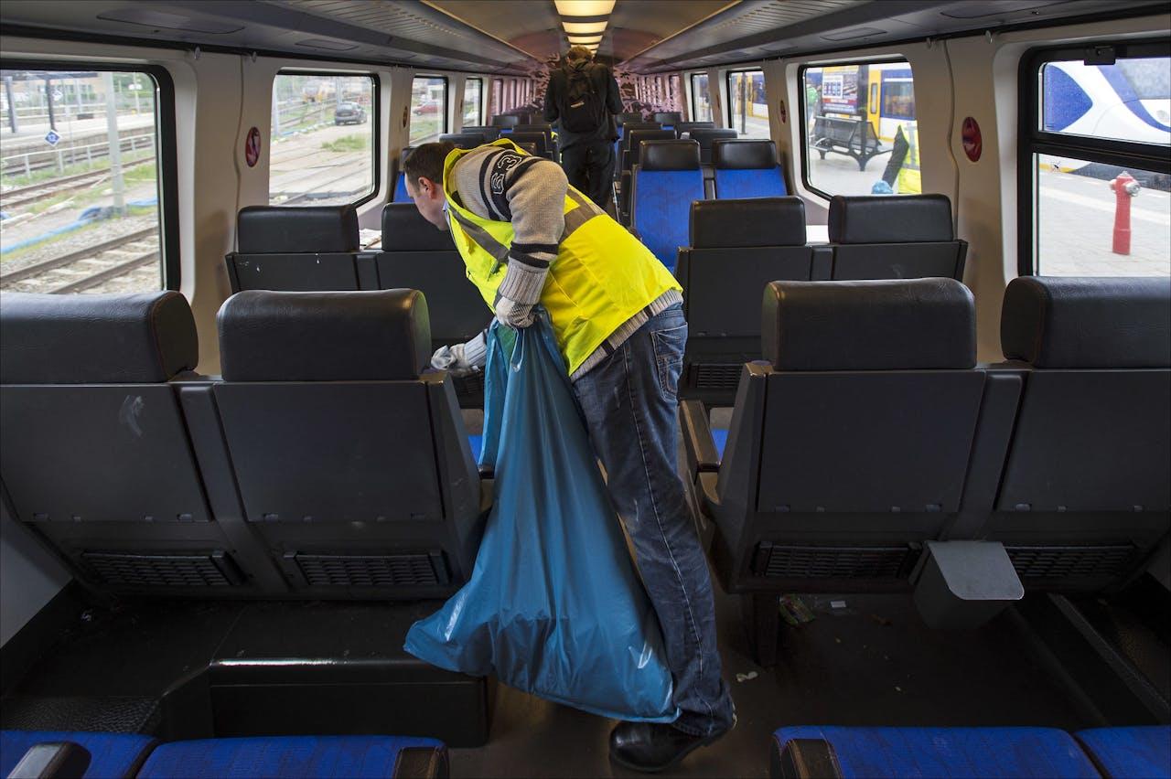 Een schoonmaker in de trein.
