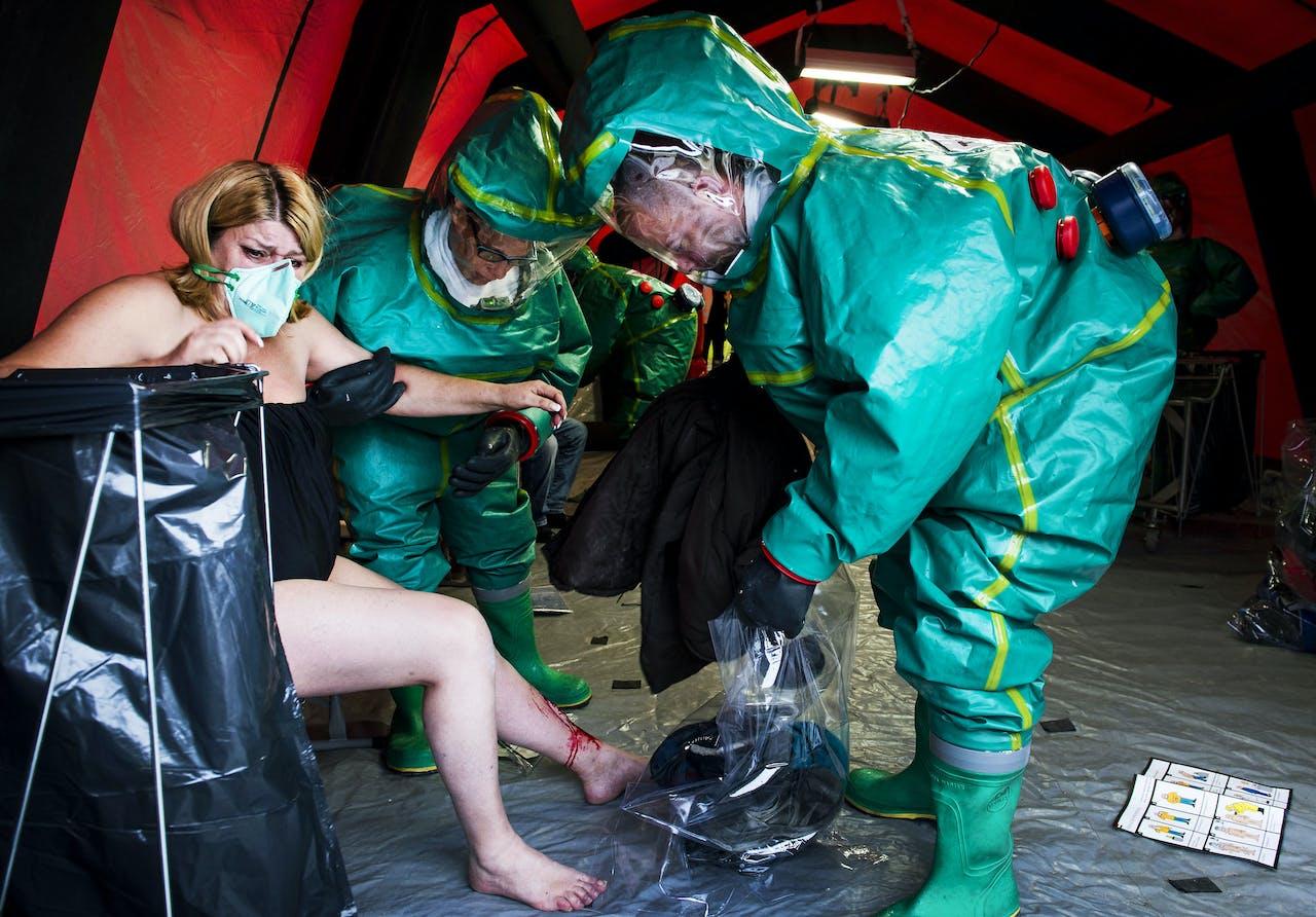Een demonstratie tijden de opening van het Nationaal Trainingscentrum. In het centrum vinden trainingen plaats op het gebied van chemische, biologische, radiologische en nucleaire incidentenbestrijding, door Defensie en hulpverleningsinstanties waaronder politie, brandweer en GGD.