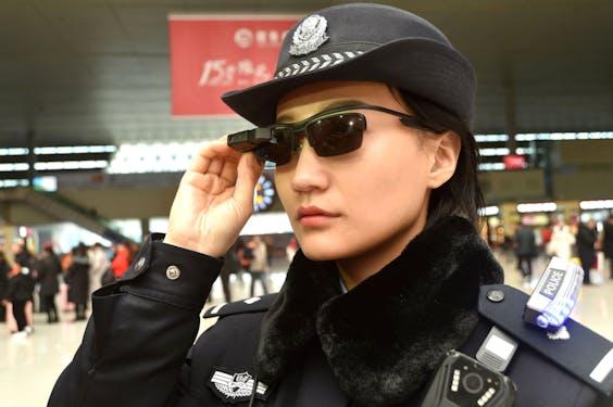 Politieagente in Zhengzhou met smartbril met gezichtsherkenning