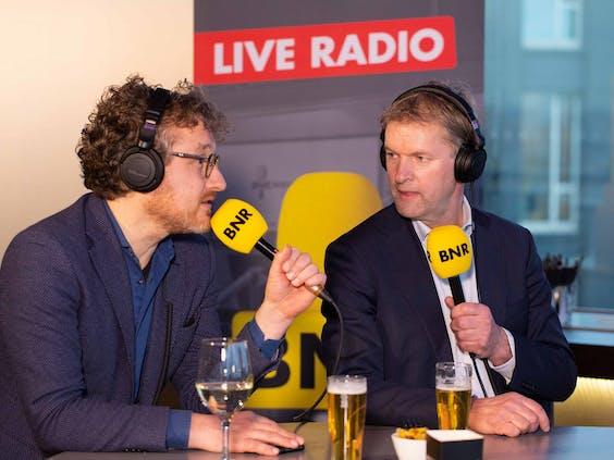 Maurits von Martels (r.) in gesprek met verslaggever Laurens Boven.
